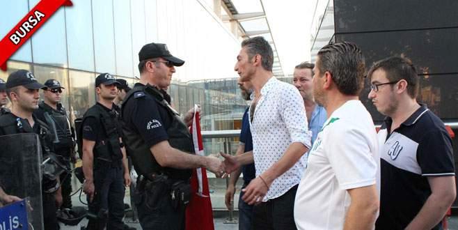Vatandaşlardan nöbet tutan polislere başsağlığı ziyareti