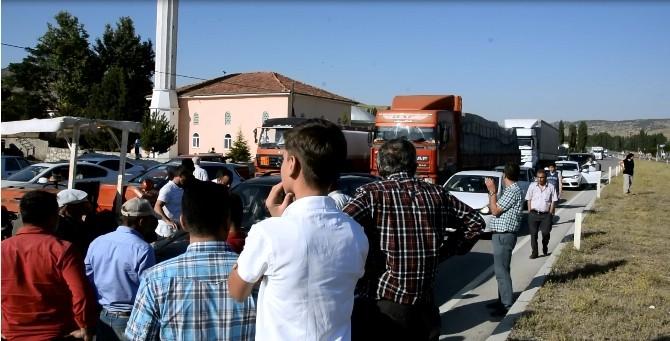 Elektrikleri kesilen köylüler karayolunu ulaşıma kapattı