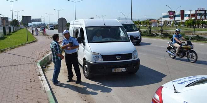 Plakası çamurla sıvanan araç, polisi alarma geçirdi