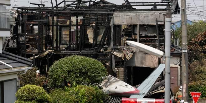 Evlerin üstüne uçak düştü: 3 ölü