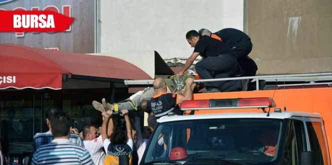 Yaralı işçiyi kurtarmak için duvarı deldiler