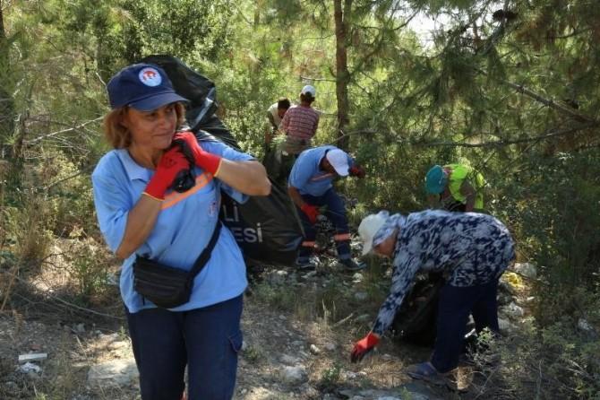 Mezitli Belediyesi Personeli Ormanlık Alanda Temizlik Yaptı