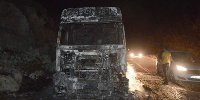PKK'lılar iki aracı ateşe verdi