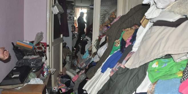 Çöp evin odalarına emekleyerek girebildiler