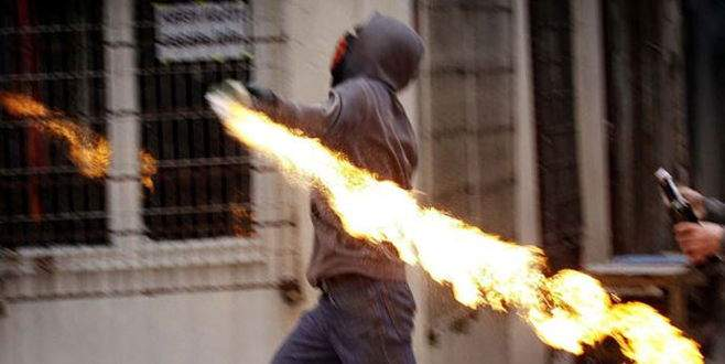 Polise atmak istedikleri bomba ellerinde patladı!