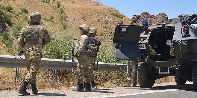 İki karakola bombalı araç ve roketatarla saldırı