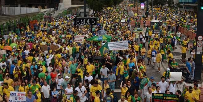 Yüzbinlerce kişi hükümeti protesto etti