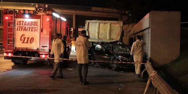 Lüks araç hafriyat kamyonuna çarptı: 3 ölü