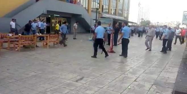 Otogarda sopalı bıçaklı kavga