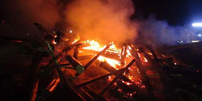 150 elektrik direğini benzin döküp yaktılar