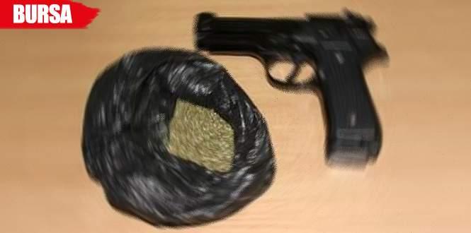 Araçtan silah ve uyuşturucu çıktı