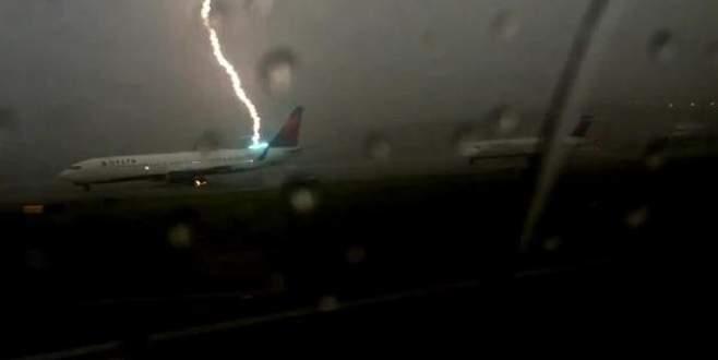 Uçağa yıldırım çarptı!