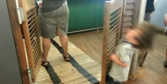 Küçük çocuğun kapıyla imtihanı