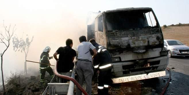 Karton yüklü kamyon alev topuna döndü