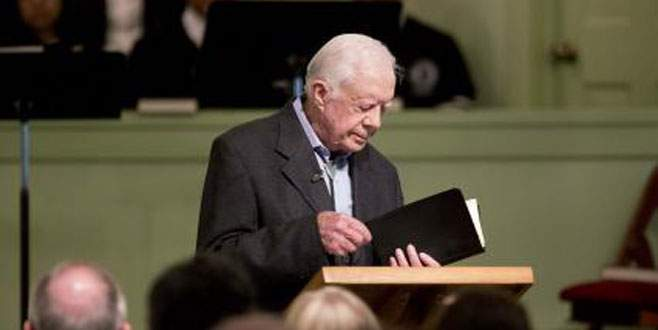 Kilisede İncil dersi veriyor