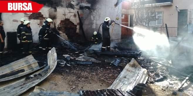 2 aracın bulunduğu garajda yangın