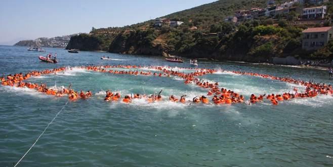 Su üzerinde 460 kişi ile barış sembolü