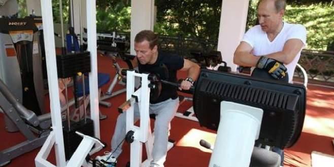 Putin ve Medvedev ter attı