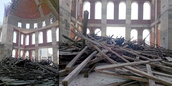 Cami iskelesi yıkıldı