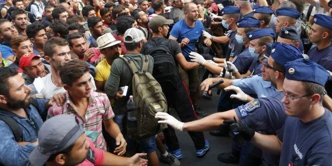 Sığınmacı akınına uğrayan gar kapatıldı