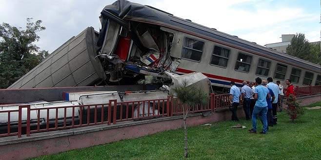 Trenler çarpıştı! 5 vagon, 1 lokomotif devrildi