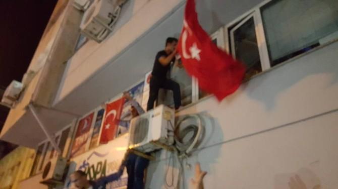 Hopa'da HDP Binasına Türk Bayrağı Asıldı