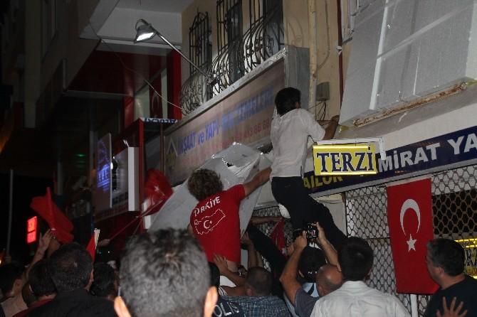 Marmaris'te HDP Binasının Tabelasını İndirip Türk Bayrağı Astı