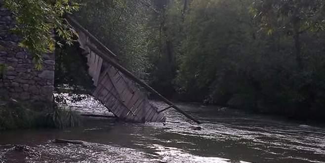 Tahta köprü, koyun sürüsü geçerken çöktü