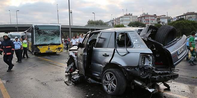 Cip, metrobüsle çarpıştı: 1'i ağır 5 yaralı