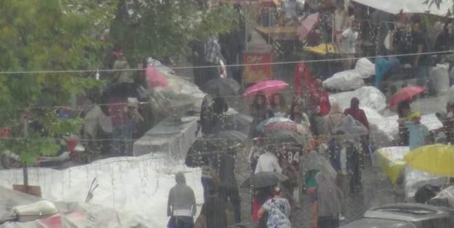 Bursalılar sağanak yağışa yakalandı