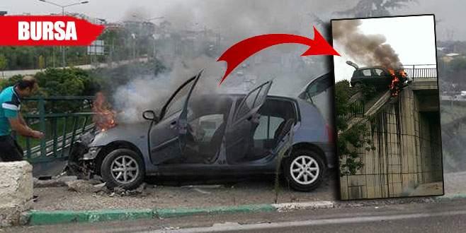 Bayan sürücü ve oğlu arabadan son anda çıkarıldı