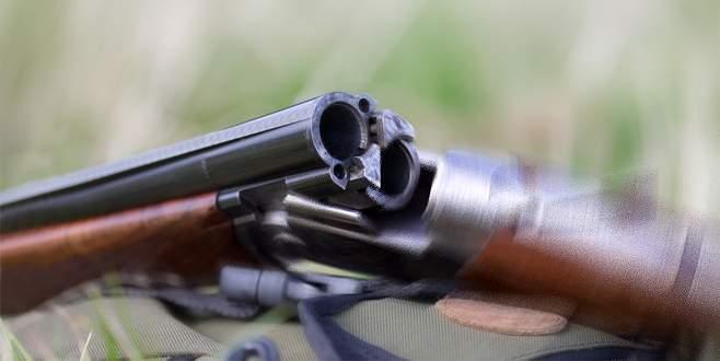 Rastgele ateş ederken arkadaşını vurdu