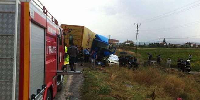 Otomobil, TIR'la çarpıştı! Aynı aileden 4 kişi öldü!