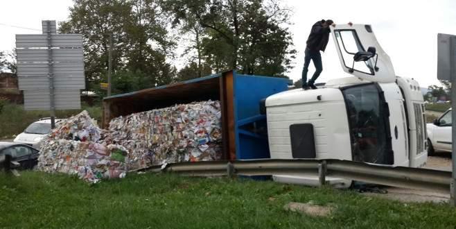 Atık kağıt yüklü kamyon virajı alamayınca…