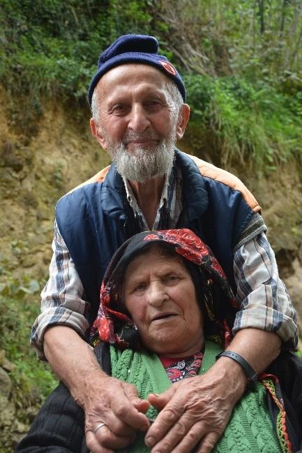 86 Yaşındaki İdris Dede, 16 Yıldır Eşini Diyalize Getirip Götürüyor