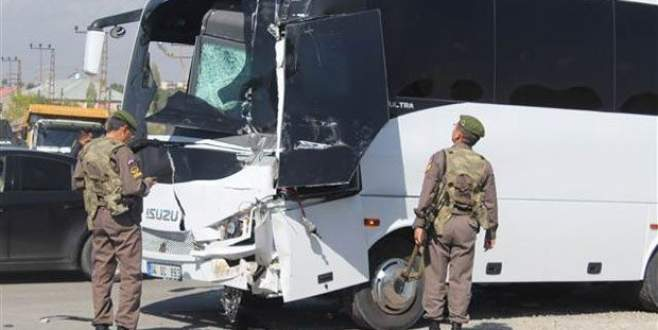 Askeri servisle kamyonet çarpıştı: 10'u asker 11 yaralı