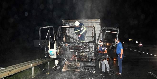 Bursa'da kamyon alev alev yandı