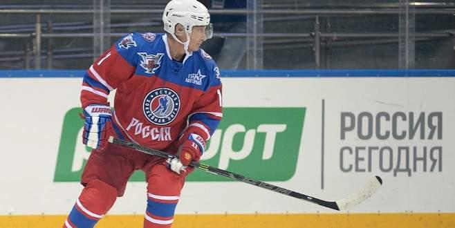 Putin yeni yaşına buz hokeyi oynayarak girdi