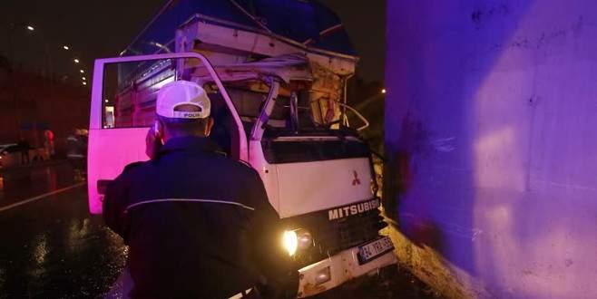 Araçta sıkışan kamyonet sürücüsü acı içinde kıvrandı