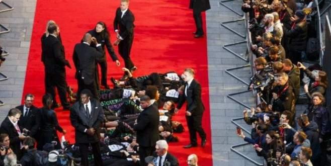 Feministler film galasını bastı