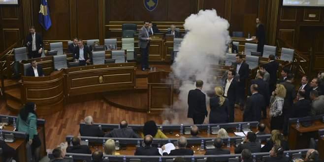 Kosova meclisinde göz yaşartıcı bomba atıldı