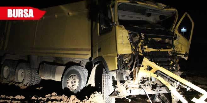 TIR, hafriyat kamyonunu biçti: 1 ölü