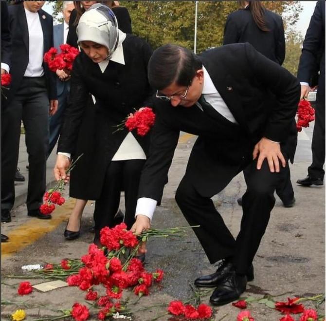 Başbakan Davutoğlu'ndan 97 Kişinin Öldüğü Yere Kırmızı Karanfil