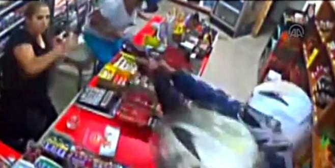 Kadın esnaf silahlı gaspçıları bıçakla kovaladı