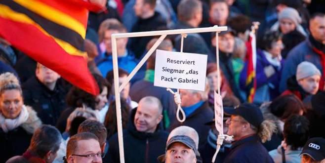 Pegida'dan Merkel'e 'darağacı'
