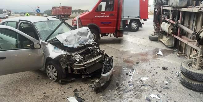 Bursa'da yarış atı taşıyan kamyon devrildi