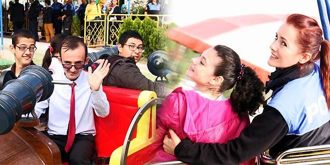 Engelli çocuklar lunaparkta doyasıya eğlendi