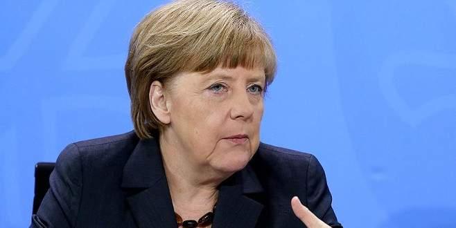Mülteci politikası Merkel'i köşeye sıkıştırdı