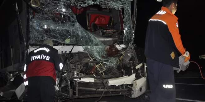 Yolcu otobüsü TIR'a çarptı: 1 ölü, 23 yaralı