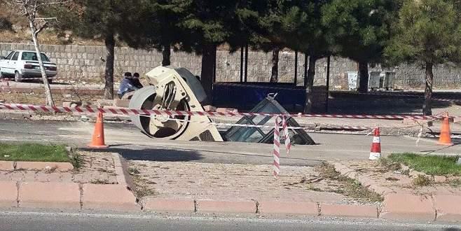 Yol çöktü, silindir içine düştü!